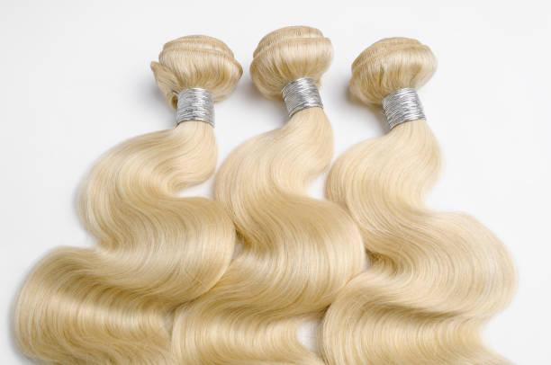 körper-welle gebleicht blondes echthaar webt erweiterungen bundles - halbperücke stock-fotos und bilder