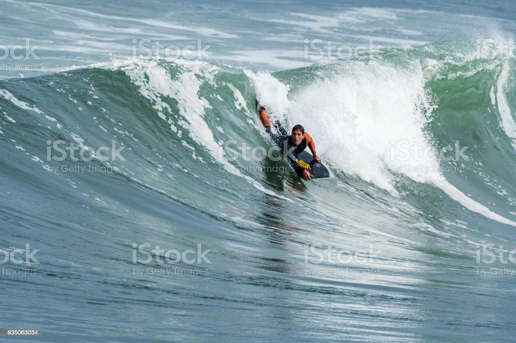 Bodyboarder em ação - foto de acervo
