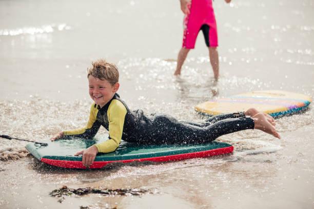 Bodyboard na praia - foto de acervo