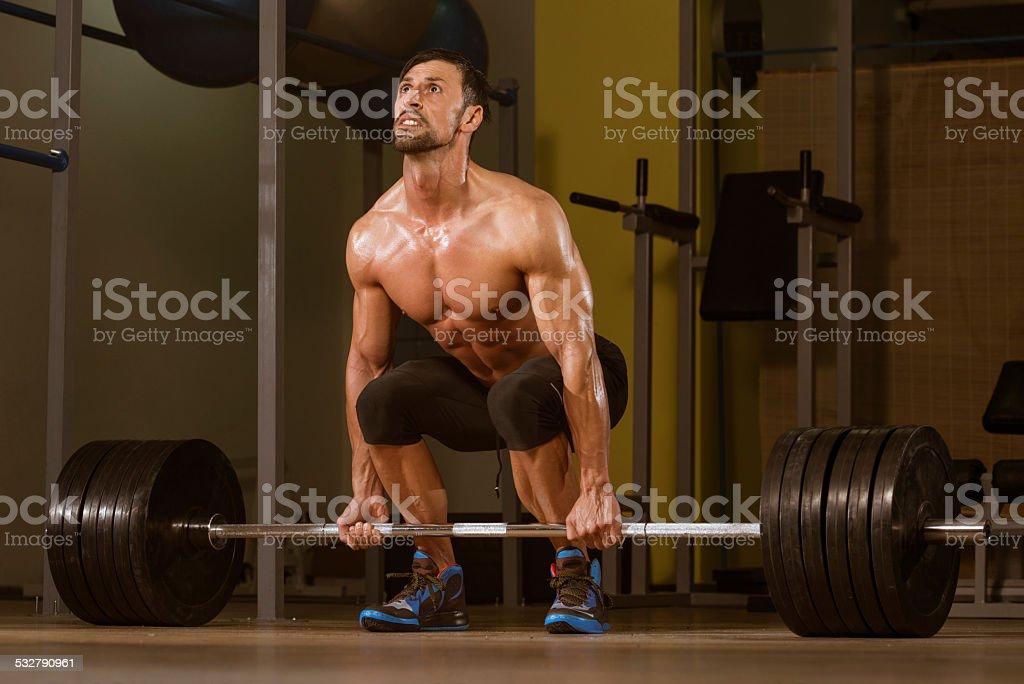 Bodybuilder haciendo Deadlift para volver - Foto de stock de 2015 libre de derechos