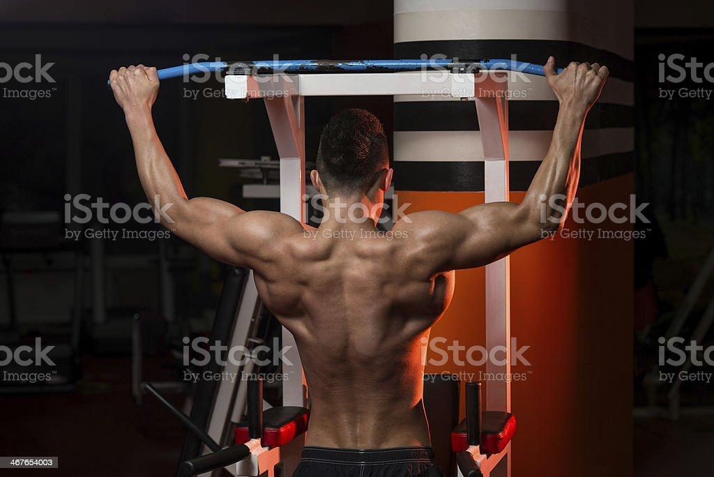 Peso pesado Bodybuilder haciendo ejercicio para volver - Foto de stock de Actividades y técnicas de relajación libre de derechos