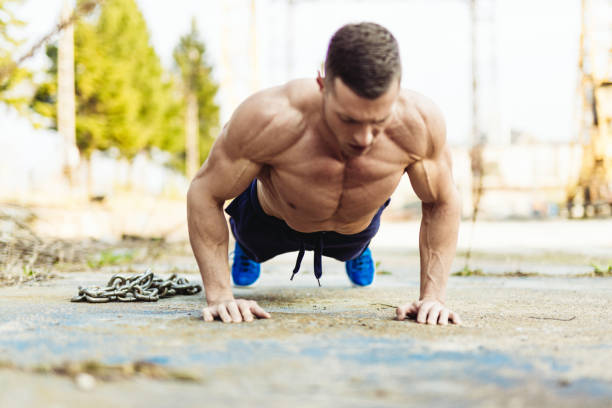 bodybuilder doing push ups - man city exercise abs foto e immagini stock
