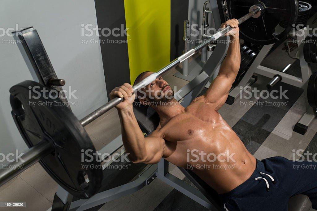 Photo Libre De Droit De Bodybuilder Exercice Avec Haltères Avec Banc