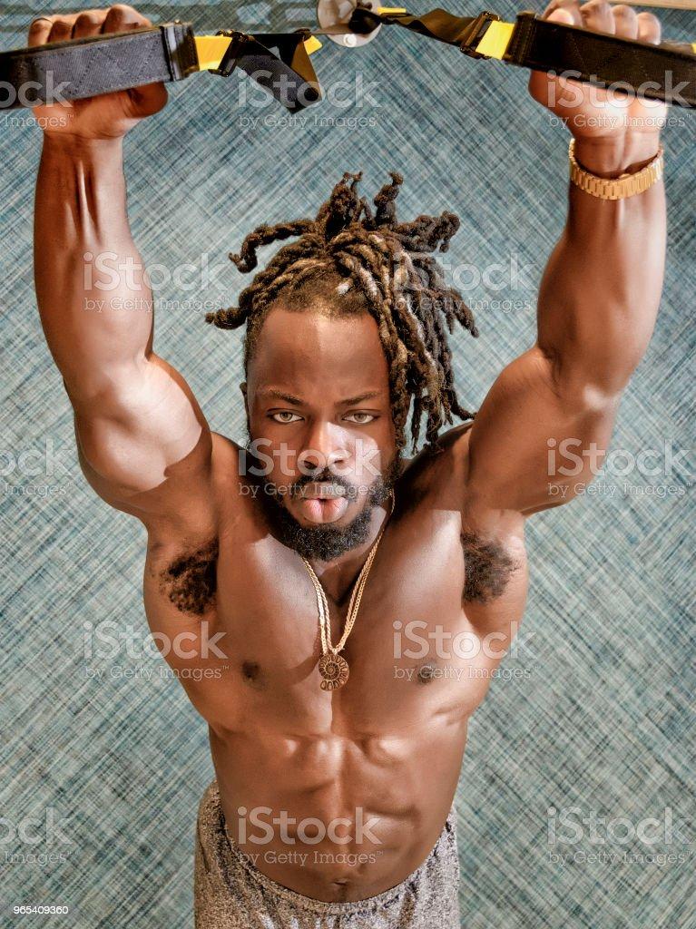 Bodybuilder exercer dans la salle de Gym - Photo de Adulte libre de droits