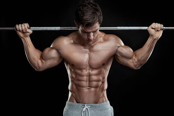 Cтоковое фото Bodybuilder физические упражнения с гантелями