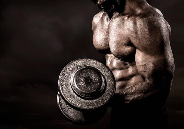 bodybuilder realiza de flexión ascensor - culturismo fotografías e imágenes de stock