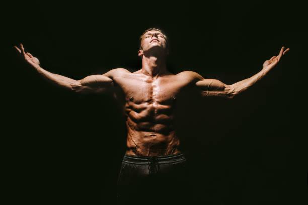 Bodybuilder posiert Hände nach oben – Foto