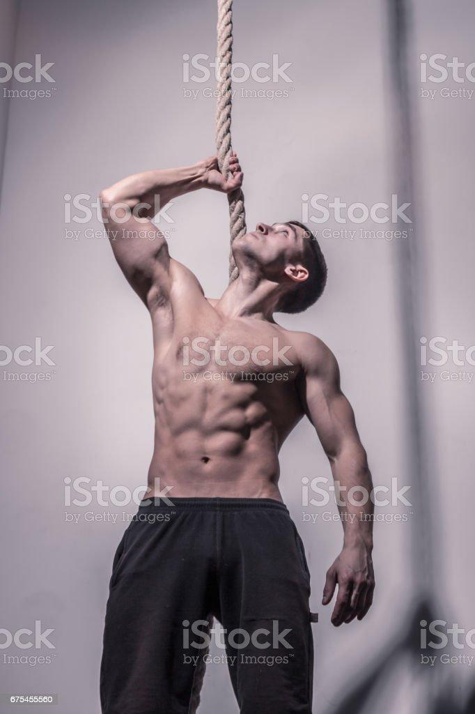 bodybuilder, posing holding rope photo libre de droits
