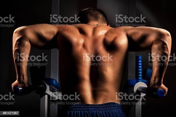Bodybuilder Formación En La Oscuridad Foto de stock y más banco de imágenes de Actividad