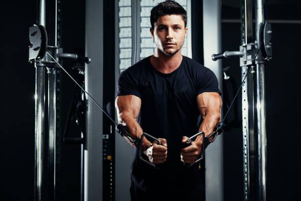 Bodybuilder Training In der Turnhalle-Crossover – Foto
