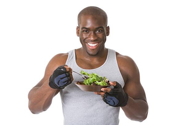 bodybuilder con ensalada - hombres grandes musculosos fotografías e imágenes de stock