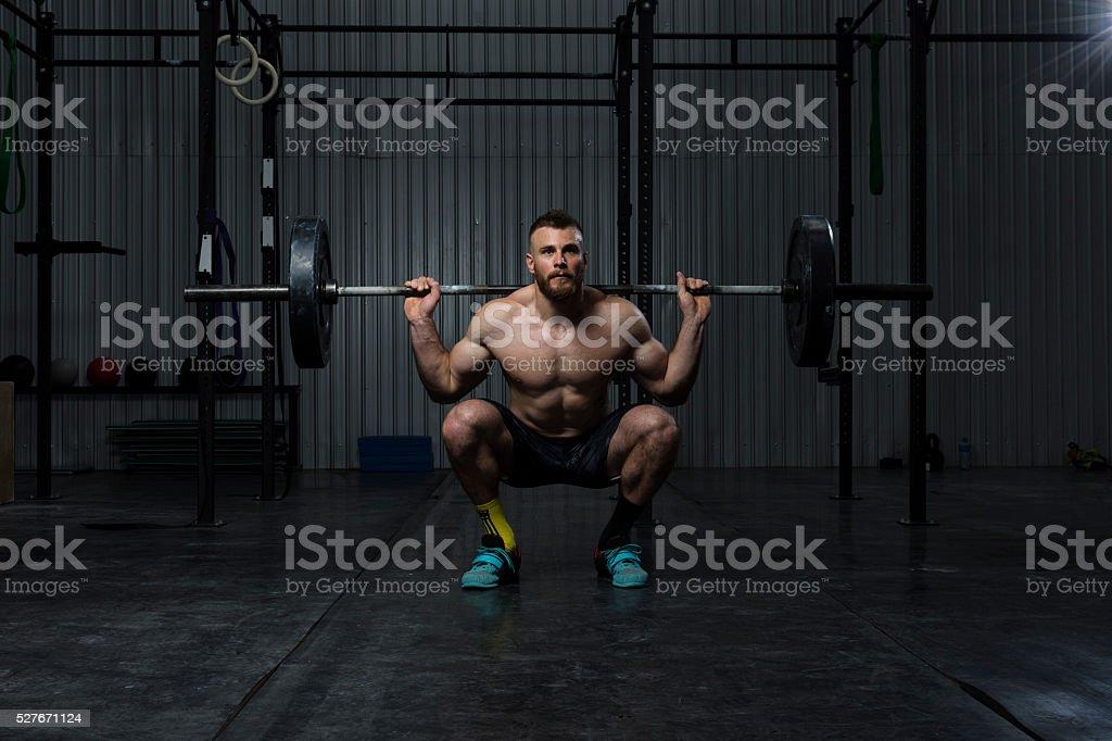 Fisiculturista exercitar em o ginásio - foto de acervo