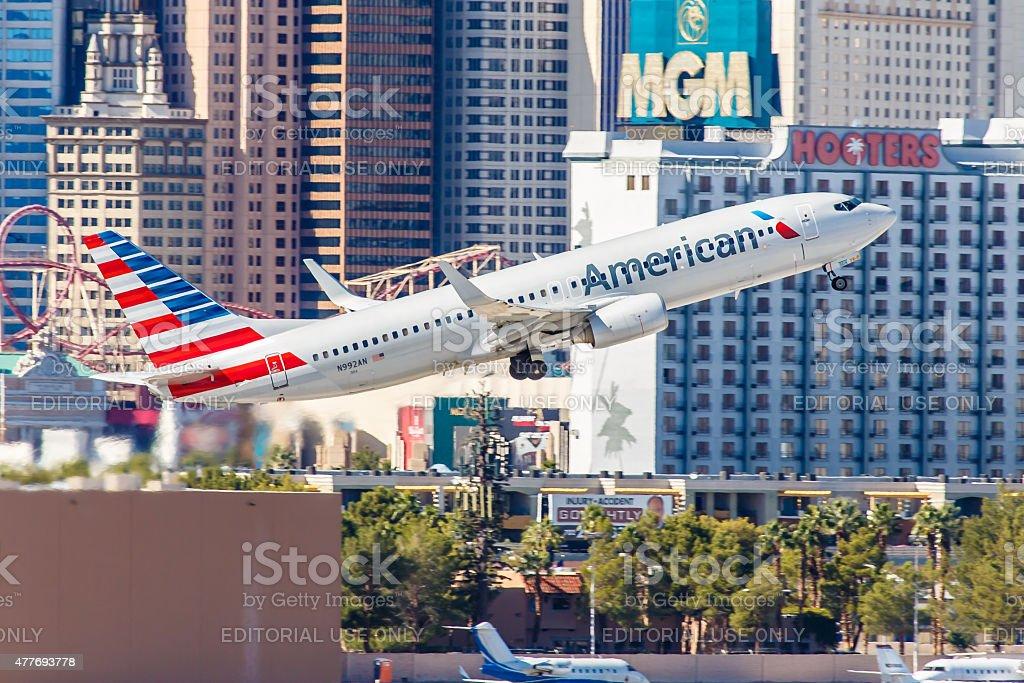 American Airlines Boeing 737 decola do Aeroporto Internacional de McCarran - foto de acervo