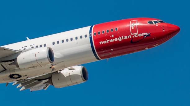 boeing 737 max norwegian air hebt vom flughafen münchen ab - andreas haas stock-fotos und bilder