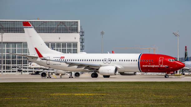 boeing 737 norwegian air startbereit am flughafen münchen - andreas haas stock-fotos und bilder