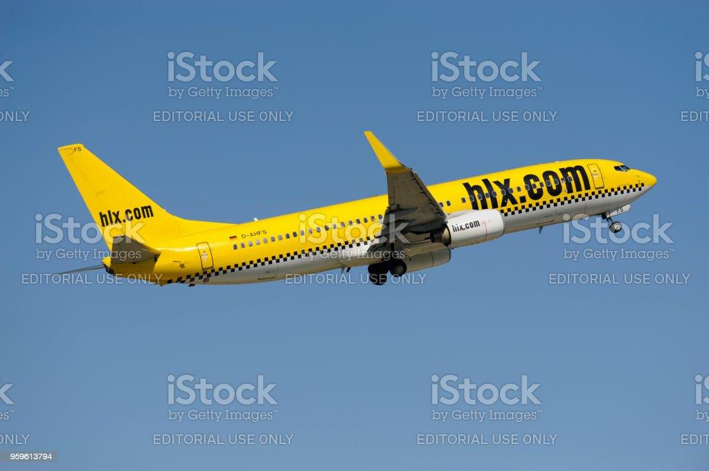 Boeing 737 de la línea aérea hlx en despegue del aeropuerto de - Foto de stock de Aeropuerto libre de derechos