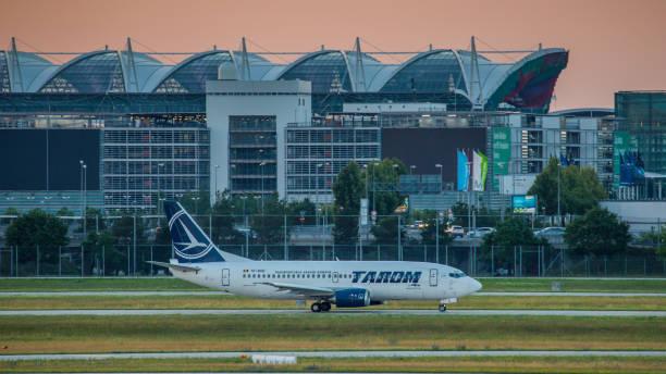 boeing 737 tarom hebt vom flughafen münchen ab - andreas haas stock-fotos und bilder