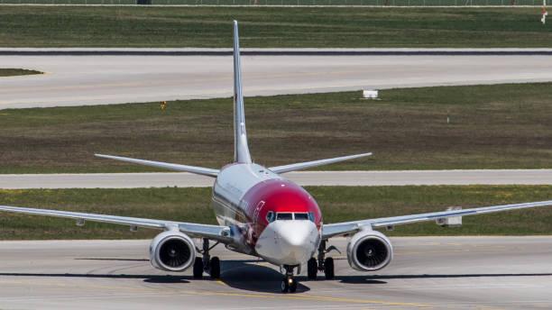 boeing 737-8k5 (boeing 737 max) von tui fliegt am flughafen münchen - andreas haas stock-fotos und bilder