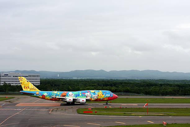 ana boeing 747-400 mit pokemons - pflanzen pokemon stock-fotos und bilder