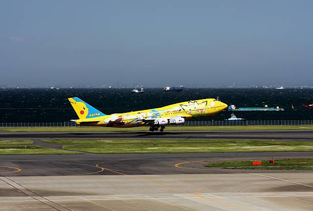 ana boeing 747-400 mit pokemons abheben - pflanzen pokemon stock-fotos und bilder