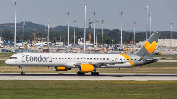 boeing 757 condor hebt vom flughafen münchen ab - andreas haas stock-fotos und bilder