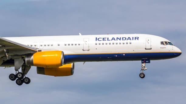 boeing 757 icelandair landet auf dem flughafen zürich - andreas haas stock-fotos und bilder