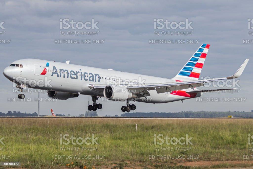 767 300 de Boeing da American Airlines no aeroporto de Viracopos Campinas, são Paulo Brasil - foto de acervo
