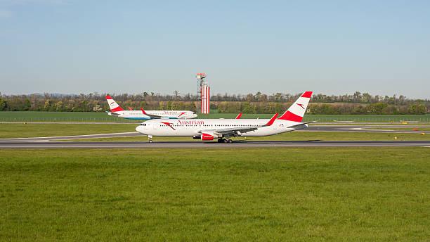 boeing 767 austrian airlines - österreichische kultur stock-fotos und bilder