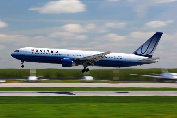 united airlines boeing 767-300 n611ua landung auf dem internationalen flughafen domodedovo. - b767 stock-fotos und bilder