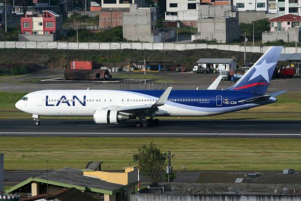 lan boeing 767-300 - b767 stock-fotos und bilder