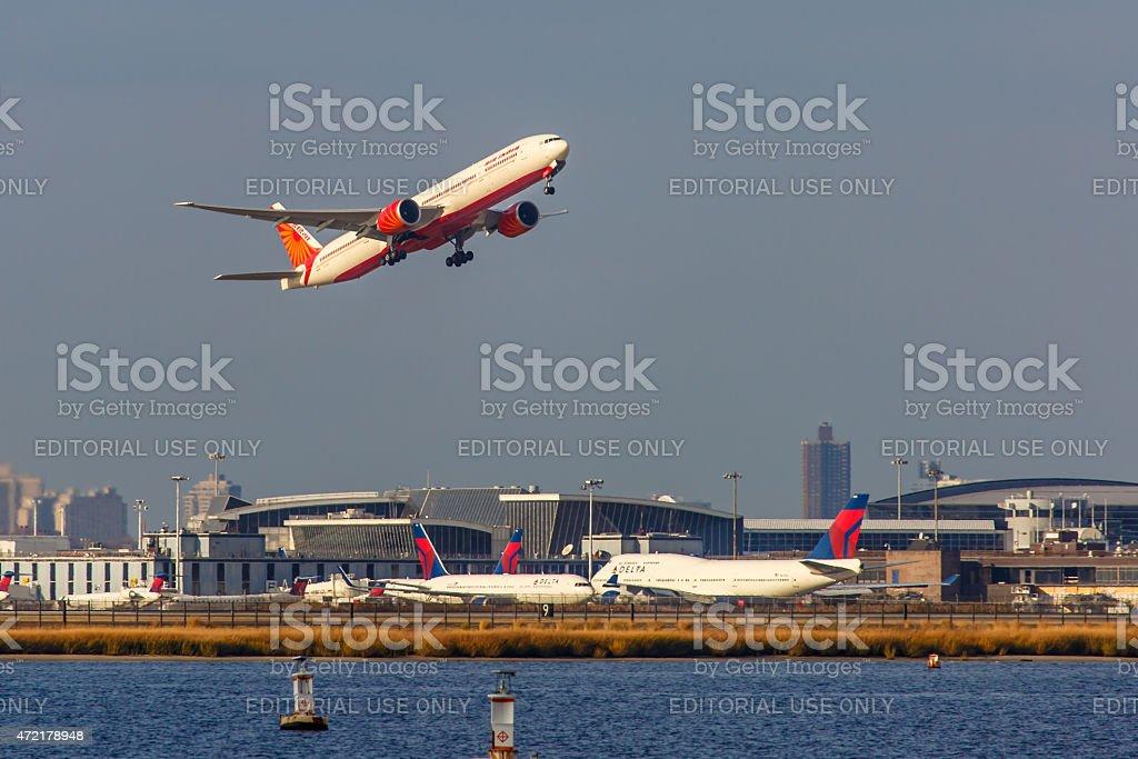 Boeing 777 Air India despega desde el aeropuerto JFK - foto de stock
