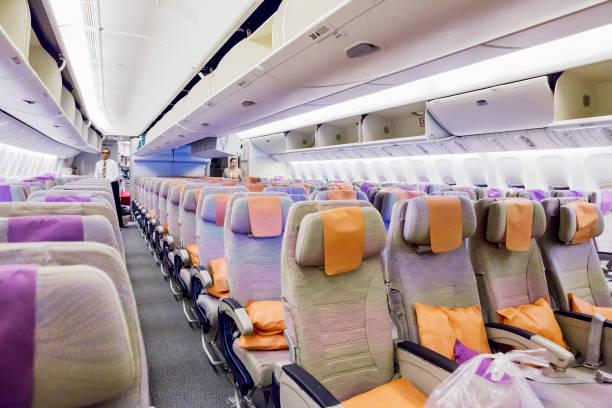 EMIRATES Boeing 777, Innenraum Economy Class mit TV Touchscreen im Emirates Airlines in Dubai Airport. – Foto