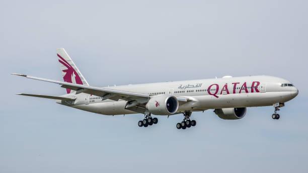 boeing 777 qatar airways landet am flughafen münchen - andreas haas stock-fotos und bilder