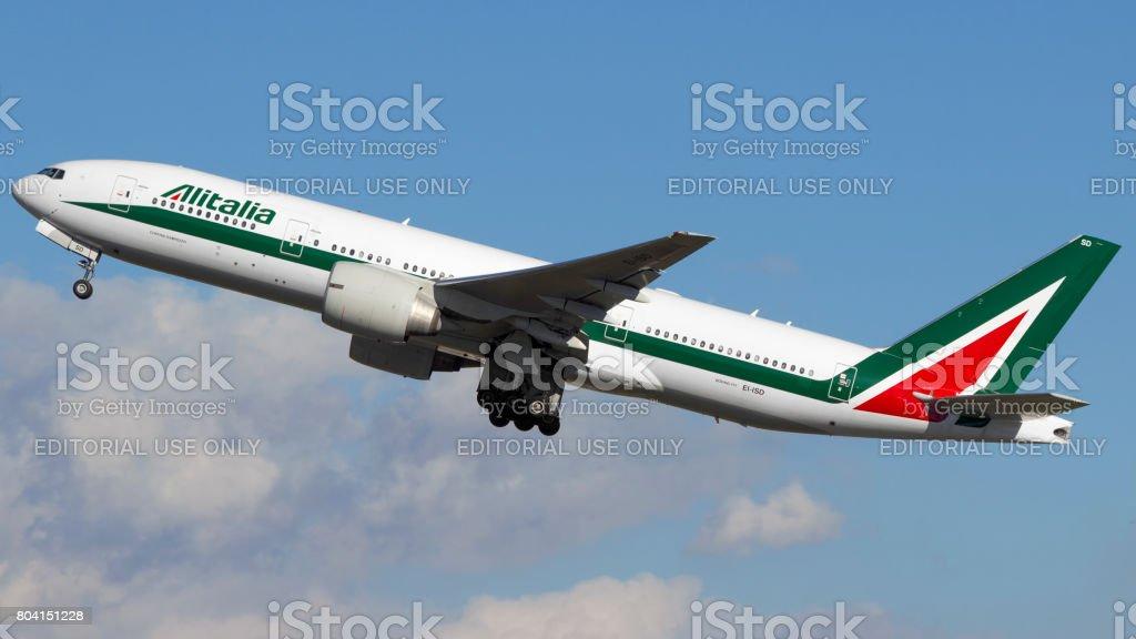 Boeing 777-200 of Alitalia at GRU Airport, Guarulhos, Sao Paulo - Brazil, 2017 - foto stock