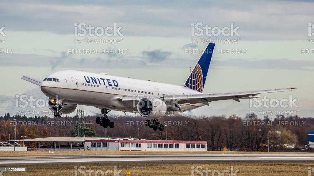 Boeing 777-224ER United Airlines landet auf dem Flughafen Frankfurt Am Main – Foto