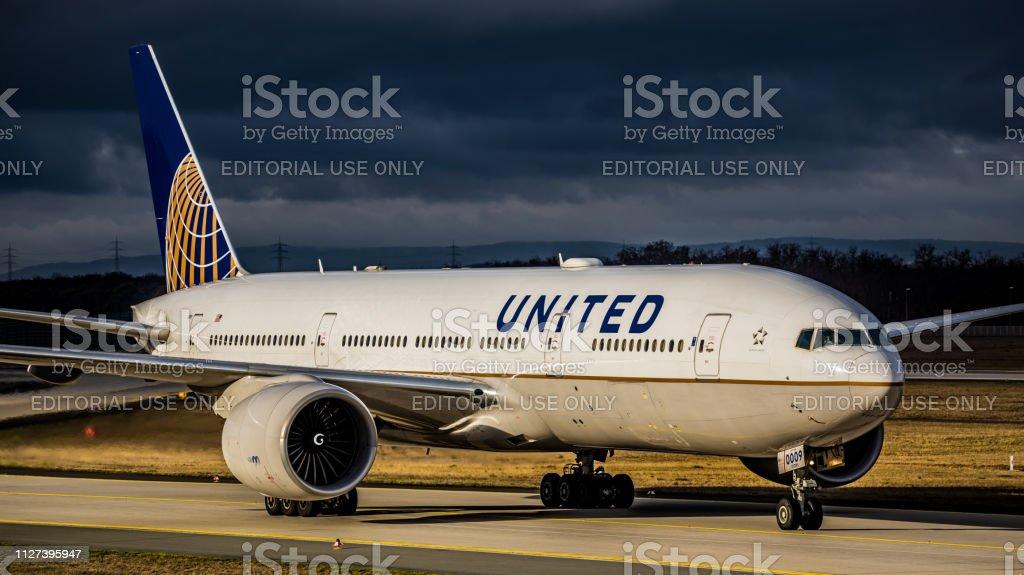 Boeing 777-224ER United Airlines rollt zum Gate am Flughafen Frankfurt Am Main – Foto