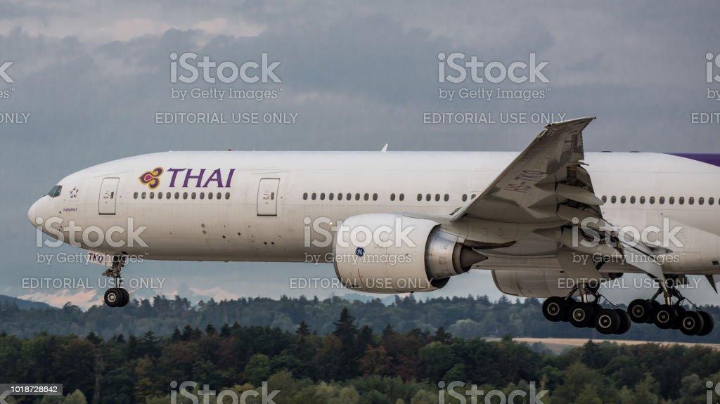 Thai Airways Boeing 777-300 landet am Flughafen Zürich – Foto