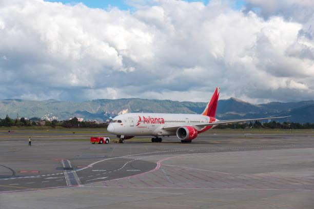 Avião Boeing 787-8 da companhia aérea colombiana Avianca. - foto de acervo