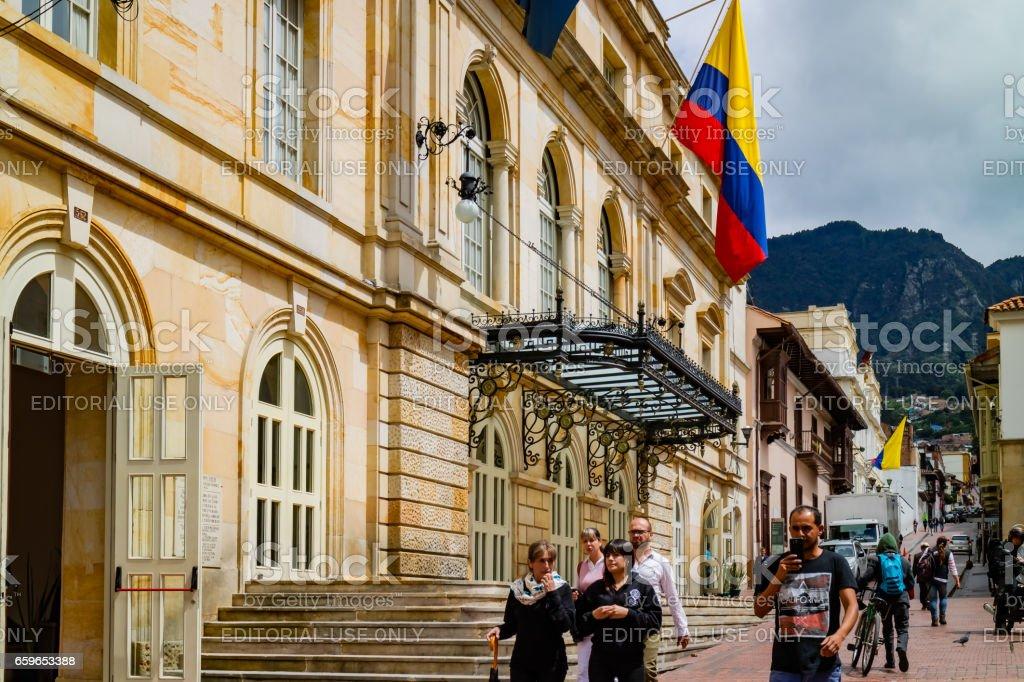 Bogotá, Colombia - buscando una de las calles estrechas de La Candelaria, el centro histórico de la ciudad Capital. - foto de stock