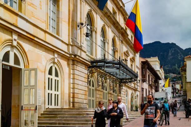 Bogotá, Kolumbien - Nachschlagen einer der engen Gassen in La Candelaria, dem historischen Zentrum der Hauptstadt. – Foto