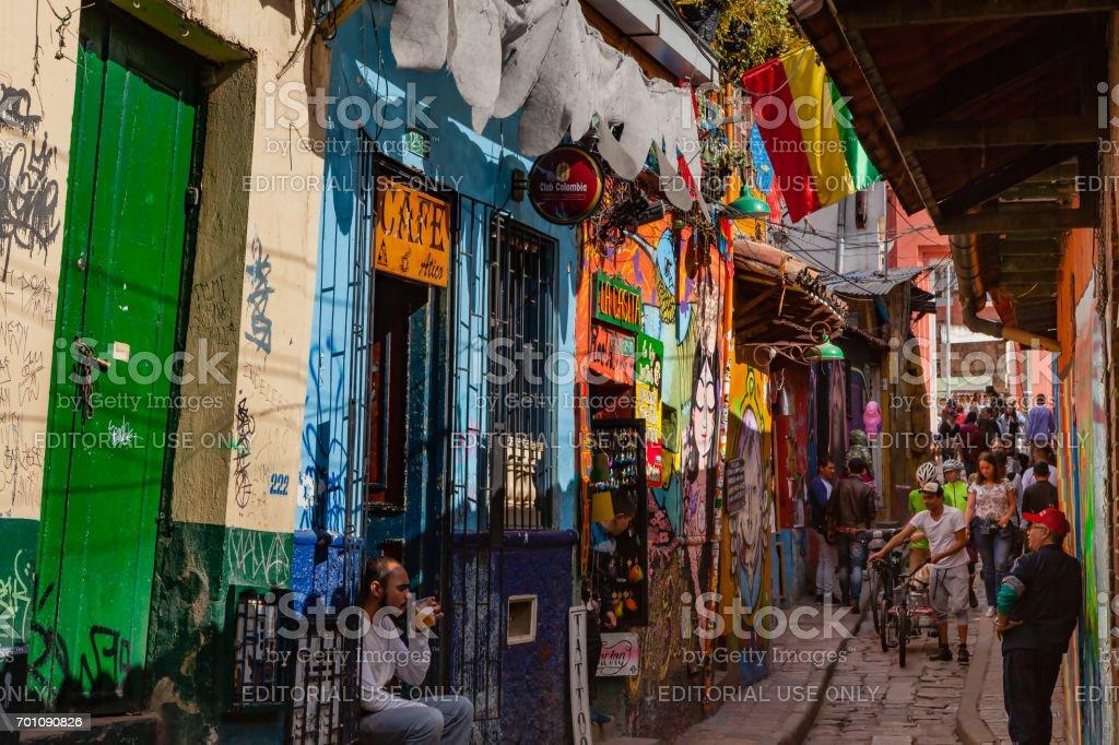 Bogotá, Colombia - turistas y colombianos Local en la Calle del Embudo estrecho y empedrado - foto de stock