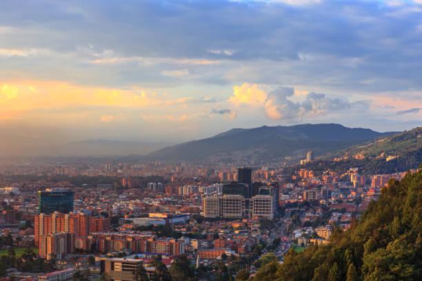 Bogota, Kolumbien - High Angle Panoramablick auf die Andenhauptstadt von den Höhen von La Calera auf den Anden bei Sonnenuntergang – Foto