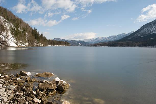 Bohinj lake überdachte mit dünnen ice – Foto