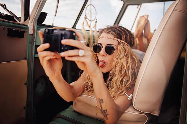 boho-mädchen in vintage-van die straße reise selfie - hippie stirnbänder stock-fotos und bilder