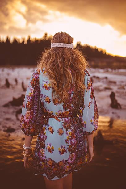 boho-stil mädchen-spaziergang in der natur bei sonnenuntergang - hippie kleider stock-fotos und bilder