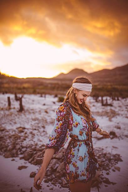boho-stil mädchen geht in der natur an einem sonnigen abend - hippie kleider stock-fotos und bilder