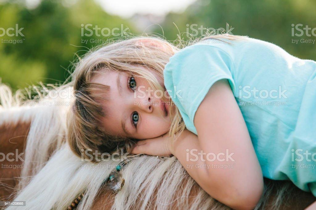 Boho Mädchen mit ihrem Pferd – Foto