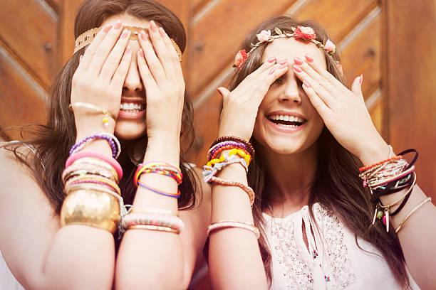 boho-girls vor augen von hand - armband vintage stock-fotos und bilder