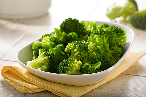 boiled broccoli in a bowl - gestoomd stockfoto's en -beelden