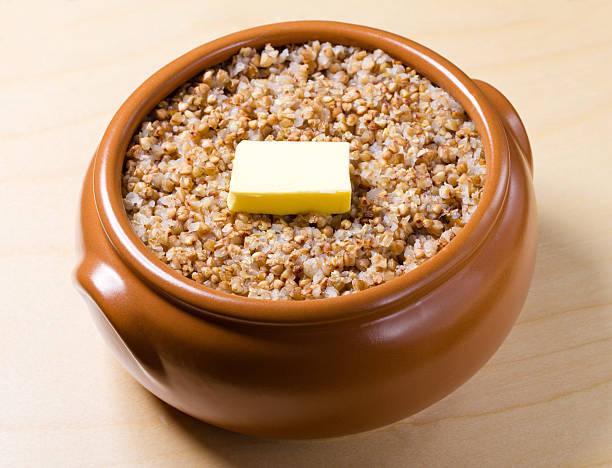 boiled buckwheat - boekweit stockfoto's en -beelden